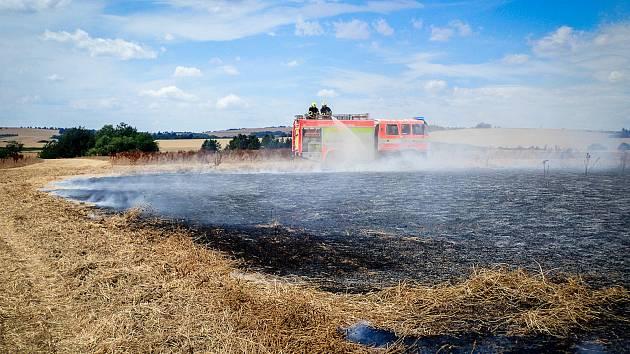 Požár pole se suchým jetelem v Bravanticích likvidovali v sobotu 6. července odpoledne hasiči.
