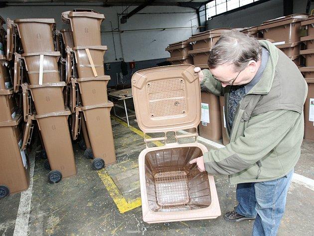 O hnědé kontejnery, tedy nádoby určené pro bioodpad ze zahrad, je ve městech velký zájem. Často bývají plné už pár hodin po jejich vysypání. Ilustrační foto.