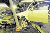 Sloup veřejného osvětlení na okraji Oder ukončil patrně divokou jízdu opilého řidiče.