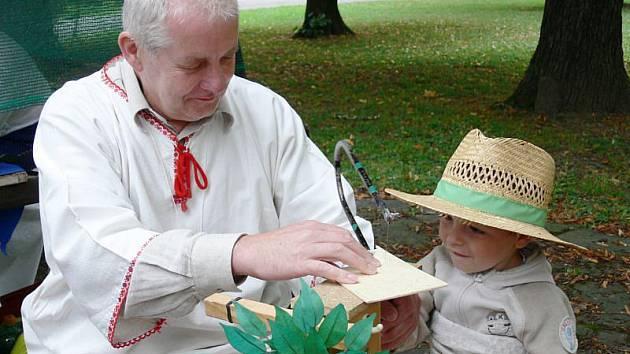 Starodávný jarmark, který se uskutečnil v Kopřivnici předloni, přinesl tradiční řemesla, které si mohly vyzkoušet také děti.