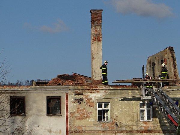 Dva hasiči byli lehce zraněni při nočním požáru vobci Vražné, kde plameny zachvátily rozlehlou střechu a půdu bytového domu.