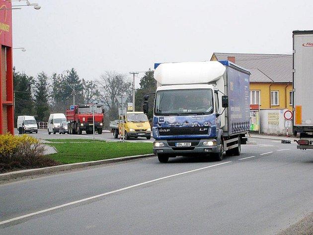 Zejména množství kamionů způsobuje některým obyvatelům Příbora vrásky na čele.