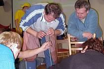 Vypití obsahu půllitrové lahve přes slámku bylo asi to nejtěžší, co zástupci Šenova u Nového Jičína v Sedlnicích absolvovali. Už proto, že obsahem byla slivovice.