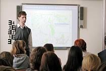 Obchodní akademie v Šenově u Nového Jičína se zapojila do celostátního projektu Člověka v tísni Světová škola. Studenti zde hovořili také o loňských povodní.