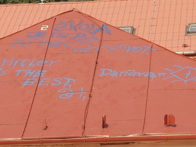 Také hanlivý nápis a jméno Hitler nastříkal kdosi na střechu Základní školy ve Štramberku. Případem se již zabývá policie.