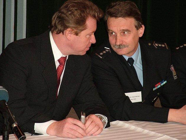 Současný okresní policejní ředitel Karel Třetina (vpravo) se chystá studovat, podle informací Deníku, možná ve své funkci skončí.