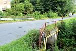 Most přes Lánský potok byl ve velmi špatném stavu musel jít kompletně dolů. Práce na rekonstrukci se protáhnou.