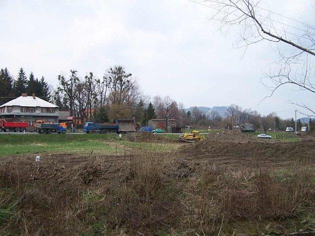S terénními úpravami k výstavbě obchodního centra již ve Frenštátě začali.