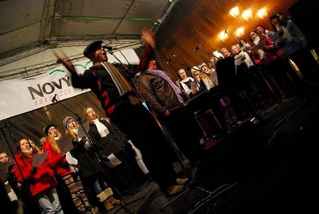 Akce Česko zpívá koledy na náměstí v Novém Jičíně.