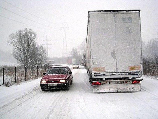 Snímky zachycují situaci před kunínským kopcem, na jehož úpatí stálo v pátek 8- ledna v poledne asi pět kamionů, které nemohly vyjet nahoru.