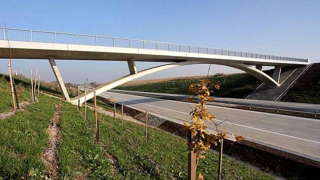 Nenápadný most, který převádí polní cestu přes dálnici D47 nedaleko obce Velké Albrechtice, získal v prestižní soutěži ocenění  Mostní dílo  2009, v kategorii Novostavba.