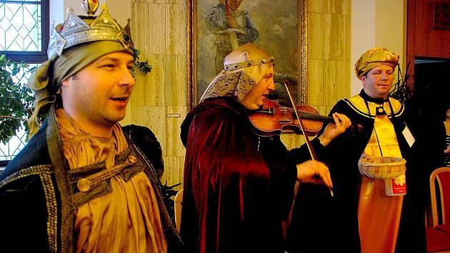 My tři králové jdeme k vám, štěstí, zdraví vinšujem vám, znělo ve čtvrtek 5. ledna na radnici v Novém Jičíně. Jedním z koledníků byl i ředitel Charity Ostrava Martin Pražák (uprostřed), který koledu doprovodil na houslích.