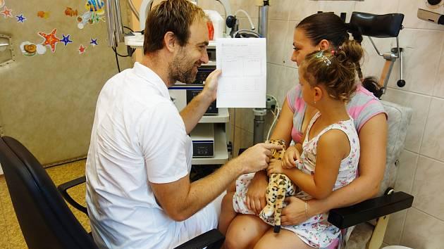 Primář ORL oddělení novojičínské nemocnice Jakub Syrovátka vždy vyhodnotí výsledky screeningu sluchu s rodiči malých pacientů.