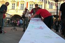 Nový Jičín rád soutěží. Úspěch slavil v roce 2006 ve vytvoření nejdelšího kresleného obrazu na roli papíru (na nímku).