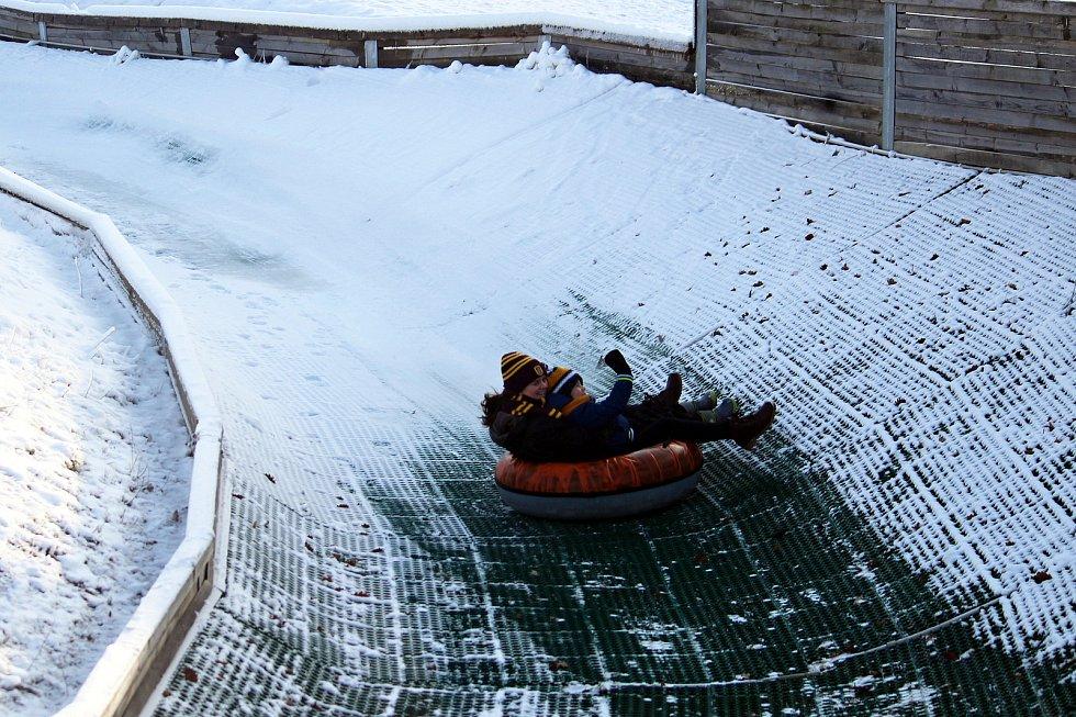 Prosluněný Heipark v Tošovicích se v neděli 10. ledna 2021 stal rájem sněhových radovánek.