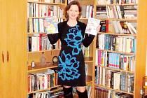 Spisovatelka Zuzana Pospíšilová mezi knihami.