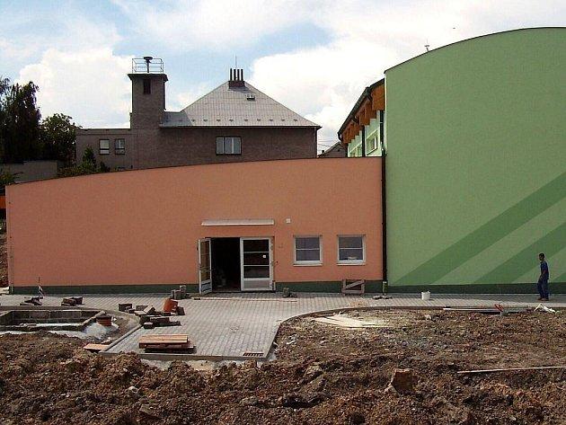 Práce na nové tělocvčině v Tísku finišují. Slavnostní otevření je naplánováno na září.