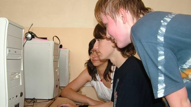 Časopis Druhé patro vytvářejí děti v rámci kroužku Počítače a psaní. Za krátkou existenci časopisu již sklidili nejeden úspěch.