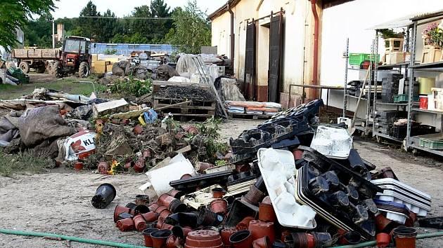 Voda z polí napáchala v roce 2009 v Jerlochocvicích, místní části Fulneku, velkou škodu hlavně v tamním zahradnictví. Zamýšlený suchý poldr by tomu možná zabránil.