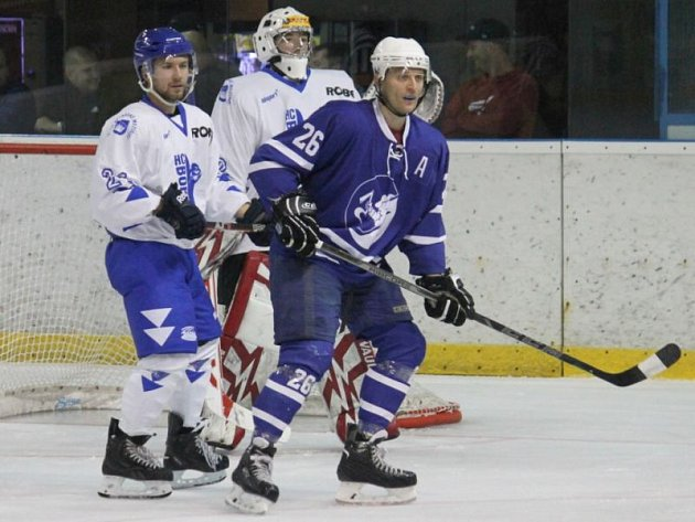 Druholigoví hokejisté Nového Jičína se ve středu dočkali první výhry, když Bobry z Valašského Meziříčí zostudili výpraskem 11:1, který řídil třígólový Petr Macháček (vpravo).