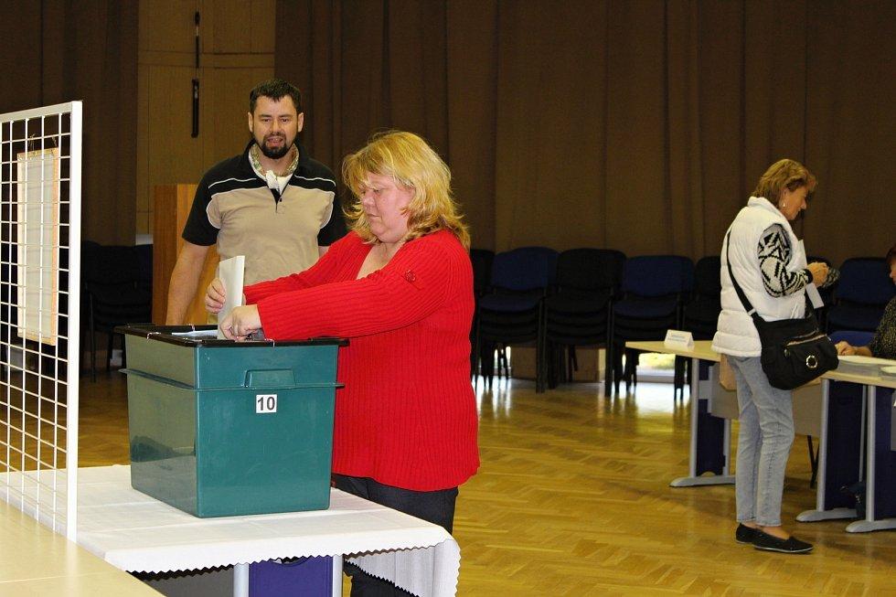 I když to zpočátku vypadalo, že moc voličů nemá zájem, krátce po 14. hodině se volební místnosti číslo 5 a 10 v Novém Jičíně začaly plnit.