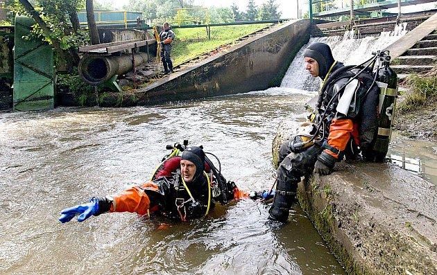 Vodu pod jezem Mlýnského potoka v Řepčíně u Olomouce prohledávali potápěči.