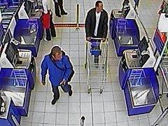 Policisté pátrají po totožnosti mužů na snímcích z podnikové kamery.