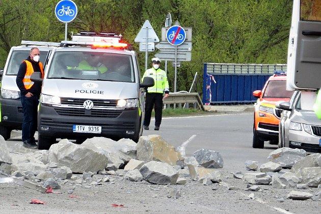 Dva lidé zemřeli vpondělí 3.května 2021odpoledne při dopravní nehodě ve Studénce. Kamion se převrátil poté, co mu praskla levá přední pneumatika a korba snákladem kamenů se dostala do protisměru, kde vtu chvíli jelo dodávkové vozidlo.