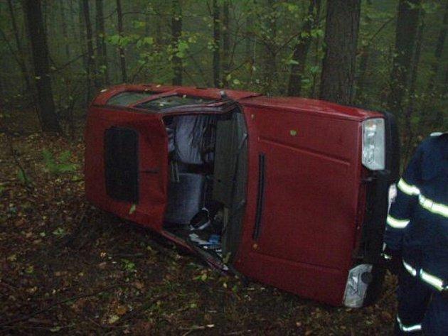Důchodce, který havaroval nedaleko Oder na Novojičínsku, čekal na pomoc několik hodin.