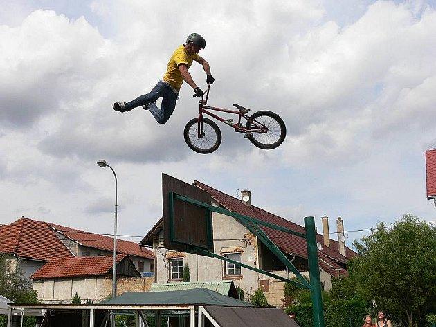 Pavel Glogar předváděl na bikerské exhibici v Jeseníku nad Odrou-Hůrce obdivuhodné kousky.