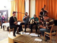 Kolem devíti stovek lidí přišlo v pátek 22. března do Kulturního domu ve Frenštátě pod Radhoštěm na benefční večer, na kterém vystoupila řada známých muzikantů a zpěváků zcela zadarmo.