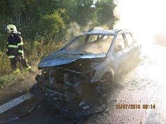 Smolně skončila cesta manželského páru na dovolenou. Na rychlostní komunikaci I/48 u Příbora jim totiž v pátek 15. července v ranního hodinách začal hořet osobní automobil Kia Cee´d.