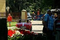 Krása automobilových veteránů v zámecké zahradě.