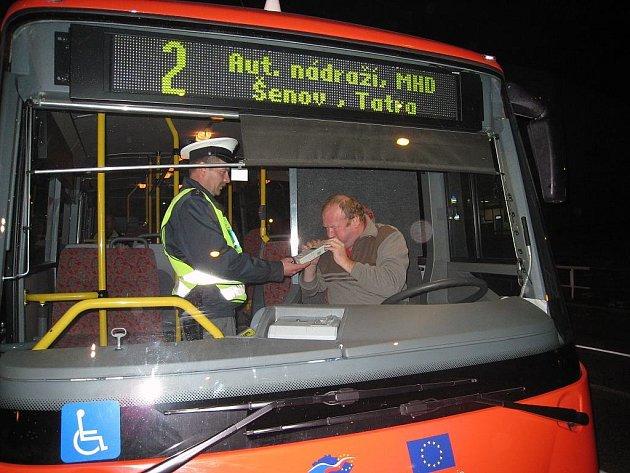 Pane řidiči, foukejte. Tuto větu včera mohlo slyšet několik desítek řidičů autobusů, které jely po silnicích Novojičínska.