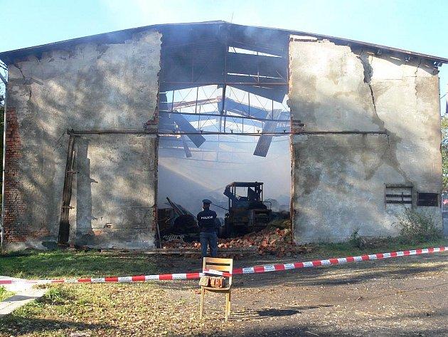 Při požáru stodoly z neděle na pondělí 17. října v Bartošovicích-Hukovicicíh uhořeli tři mladí býčci. Předběžně vyčíslená výše škody činí jeden a půl milionu korun.