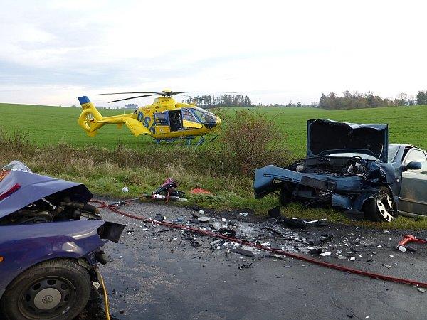 Dvě osobní auta se dnes ráno střetla na silnici III. třídy mezi obcemi Bítov a Těškovice. Záchranáři dostali ovážné nehodě hlášení krátce před půl osmou ranní, po příjezdu na místo zjistili, že je zraněno několik osob.