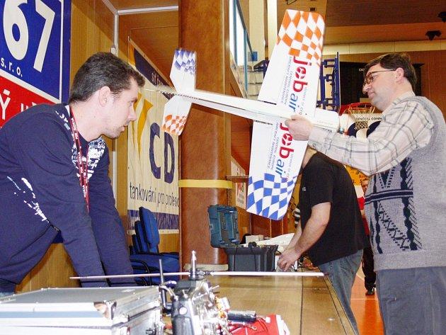 Modeláři z Novojičínska nebudou chybět na letišti v Mošnově, kde se uskuteční slavnostní zahájení otevření servisního a údržbového centra společnosti JOB AIR-Central Europe Aircraft Maintence. Dnešní odpolední show modelů letadel bude patřit zaměstnancům.