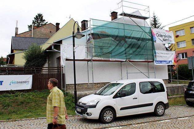 Oderský zámek bude připomínat malba na domě číslo 6 v Zámecké ulici.