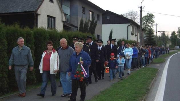 Asi stovka lidí vyrazila v Bordovicích do lampiónového průvodu.
