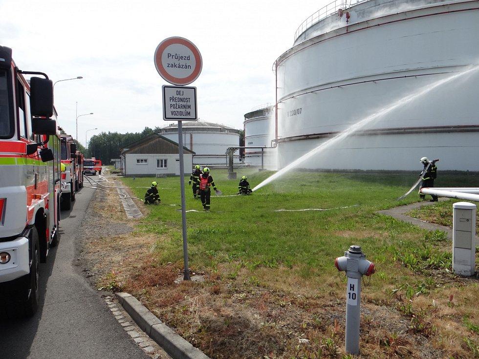 Cvičení hasičů v areálu zásob paliva ČEPRO v Sedlnicích.