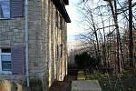 Hotel Vlčina. Základní kámen hotelu byl usazen před osmdesáti lety. Dnes je na chátrající objekty komplexu smutný pohled.