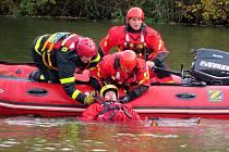 Cvičení hasičů záchrany tonoucích osob na vodní nádrži Vítovka nedaleko Oder.