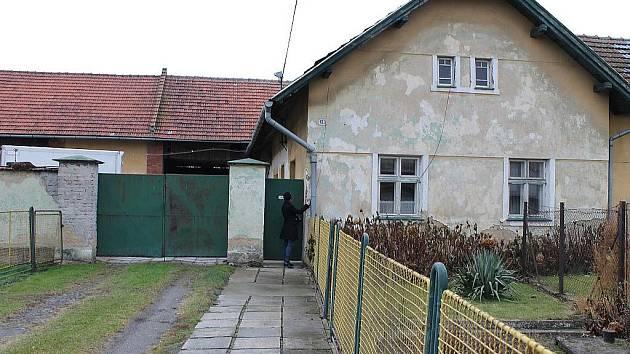 Farma norků je ukryta za tímto starým domkem v Pustějově.