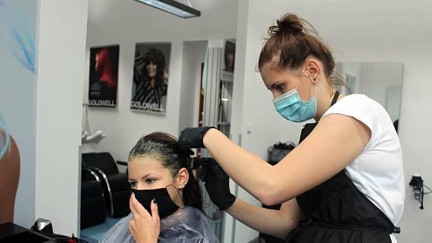 PŘI NÁVŠTĚVĚ kadeřnictví by nyní měla stačit rouška – u zákazníka i u kadeřnice. Ilustrační foto.