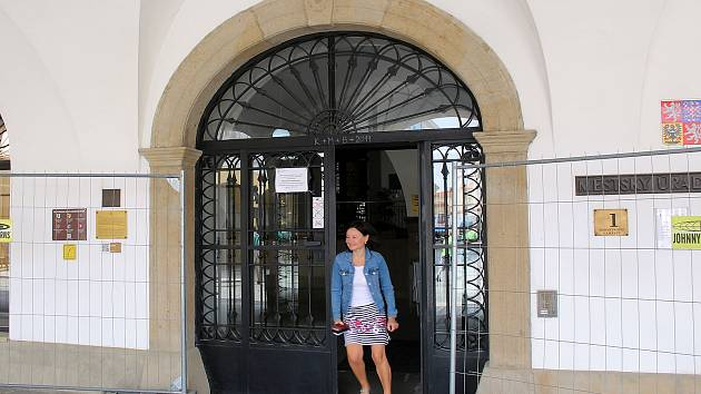 Hlavní vchod do budovy novojičínské radnice.
