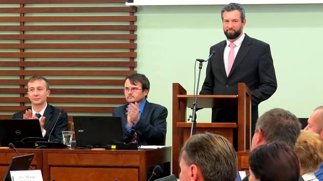 Za řečnickým pultem stojí nový příborský starosta Jan Malík. Nejbližším spolupracovníkem na radnici mu bude místostarosta Pavel Netušil, po jeho pravici.