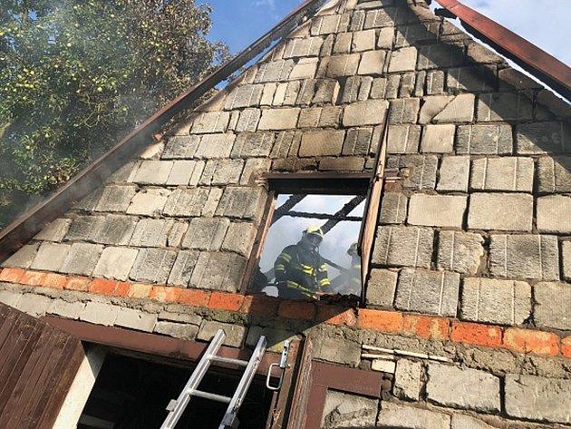 Požár hospodářské budovy vobci Sedlnice likvidovaly čtyři jednotky hasičů.