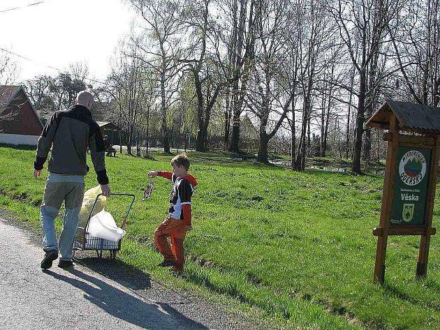 Děti z Heřmanic u Oder uklízely odpadky kolem silnice i rybníka, potom sadily stromky.
