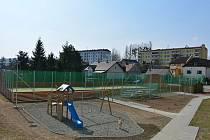 Nové hřiště, které vyrostlo v Bílovci na Radotíně, by se mělo rozrůstat dál do svahu.