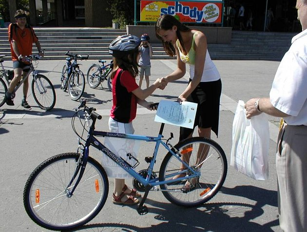 V rámci této kampaně kopřivnická radnice obdarovala jednoho náhodného cyklistu jízdním kolem. To si v pondělí odvezla desetiletá Eva Šimalová ze Štramberka.